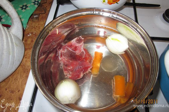Варим бульон: в воду кладём телятину ( уменя с косточкой), луковицу, морковь, сельдерей, перец горошком.