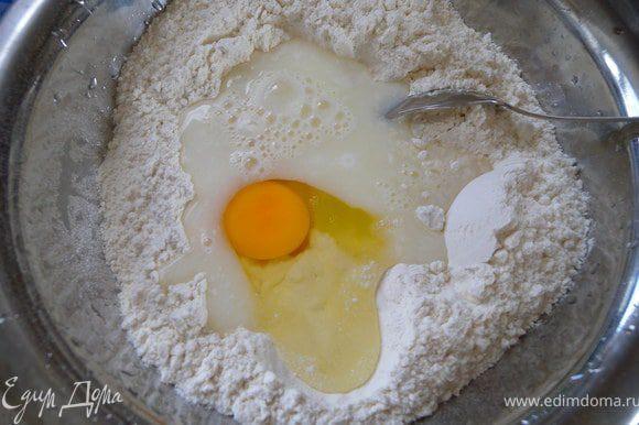 Муку просеять на стол (или миску). Сделать углубление. Налить туда сыворотки (можно предварительно нагреть и яйцо (не обязательно). В сыворотку всыпать соду и начинать медленно замешивать ложкой в одну сторону. Если нет сыворотки - кефир или сметану развести водой. Можно вообще постный вариант: сделать кислую воду (ну, чтобы сода погасилась), из лимонного сока или кислоты. Вообще сыворотку можно замораживать в одноразовых стаканчиках в морозилке. Часто после того, как мы сделали творог или сур - она нам не нужна. А вот если ее отправить в морозилку - она нам точно пригодится, для блинов или для оладей, хлеба. Так, вернемся в лепешкам :-). Когда тесто уже начнет становиться густым - отсунуть лишнее количество муки в сторону и замесить тесто уже руками. Тесто должно быть мягким, но не липнуть в рукам. Тесто достаточно полатливое.