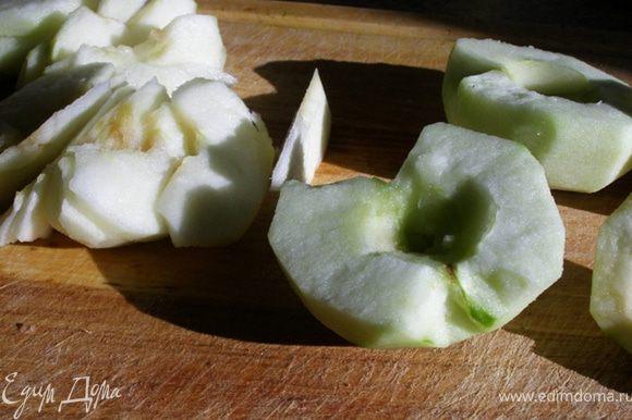 Очистим яблоки, удалим сердцевину, нарежем тонкими ломтиками.