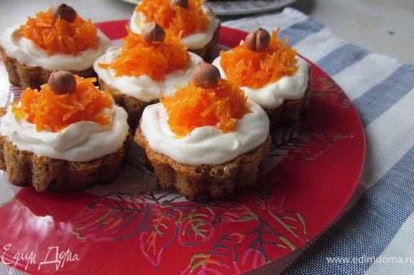 Морковный джем для украшения готовиться так: Морковь натереть на терке, добавить сахар, цедру и сок лимона. Ставим на плиту и доводим до кипения. Варить при слабом кипении 30 минут. Готовый джем хорошо остужаем в холодильнике. Теперь можно украсить наш торт и пирожные.