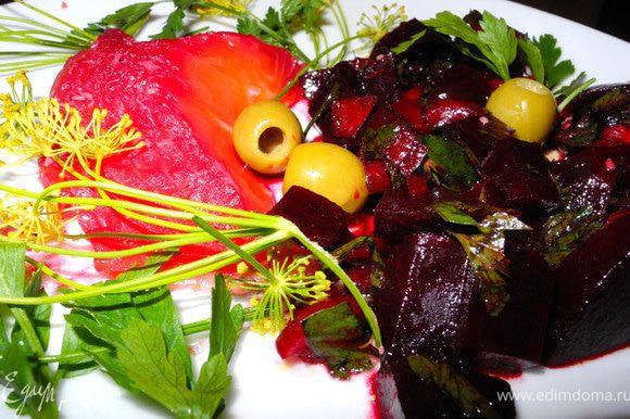 Прекрасно гравлакс сочетается с лимончиком, оливками, а также со свекольным салатом (завтра размещу). Приятного аппетита!