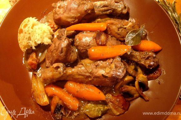 Перед тем,как соединять овощи с курицей,убедитесь,что соус нужной вам консистенции.Если это не так,то загустить соус можно 1 ст.л.муки(без горки).Добавить овощи к курице,влить коньяк,посыпать прованскими травами,солью,перцем и тушить под крышкой ещё 10-15минут.Подать к столу готовое блюдо со свежим,пористым домашним хлебом.Приятного аппетита!