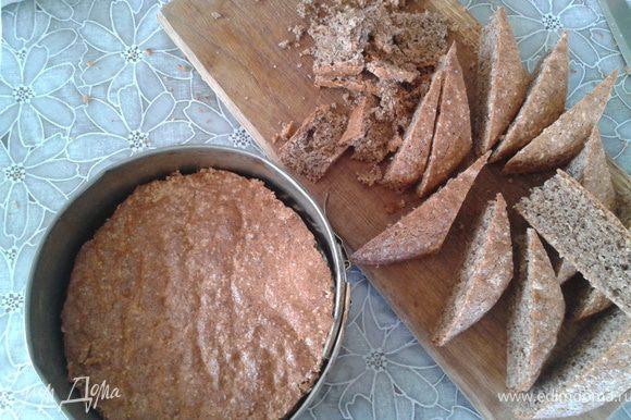 6. Торт мы будем собирать в разъемных формах. Так что один бисквит нам нужно обрезать по размеру меньшей. Обрезки не съедать.