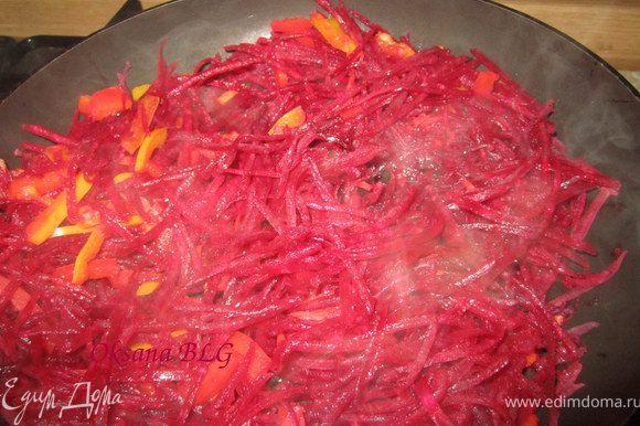Свеклу, морковь натереть на терке, перец порезать тоненькой соломкой. Поставить на сковороду пасироваться.