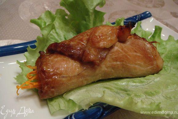 Подавать на стол лучше всего с рисом или листьями салата.