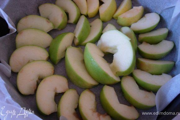 Противень застилаем пергаментом (можно чуть смазать растительным маслом) и нарезаем яблоки. Выливаем ни них тесто. *лучше выливать тесто на середину яблок, далее оно само растечется равномерно к краям*