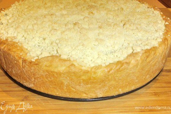 Ставим наш пирог в духовку, разогретую до 180 градусов на 25-30 минут. Пирог получился румяным.