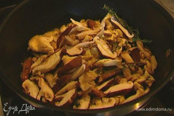 Добавить лук и чеснок к грибам, перемешать, влить еще 1 ст. ложку оливкового масла и тушить грибы до готовности на небольшом огне.