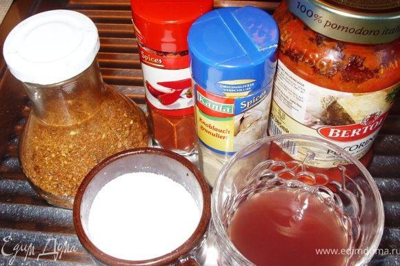 Добавить к овощам томатный соус и заливку от фасоли. Посыпать соль и специи. Убавить огонь и тушить овощи под крышкой 10 минут.