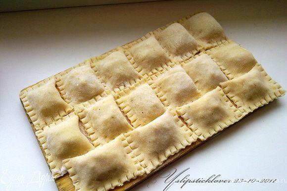 Тесто как для пельменей. Воду, яйцо и соль перемешать и энергично взбить венчиком. Постепенно добавлять частями муку (всего около 1 стакана, остальное понадобится для раскатывания). На доске, присыпанной мукой вымесить не приливающее к рукам эластичное тесто. Разделить тесто на 5-6 частей, скатать их в шары. Раскатать их в пласты толщиной 3 мм, затем нарезать на прямоугольники. В каждый прямоугольник положить 1 ч.л. начинки и завернуть, придавить края и пройтись по ним вилкой. Часть можно уже отваривать и пробовать. Остальное отправляем в морозилку.