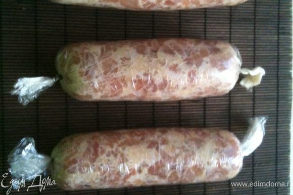 Разделить смесь на 4 части. С помощью пищевой пленки сформировать колбаски, завязав концы колбасок ниткой (заворачивать колбаски в несколько слоев пленки!)
