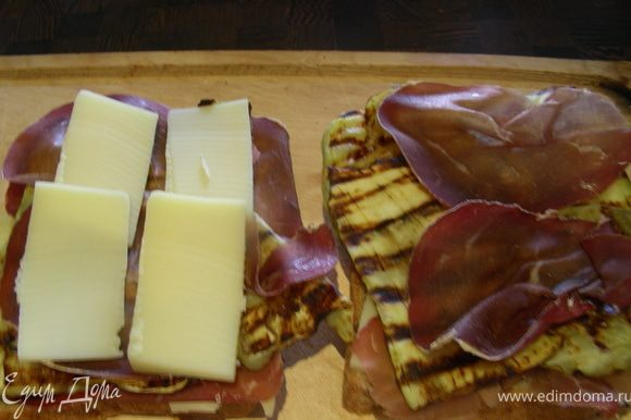Теперь собираем наши сэндвичи в таком порядке: хлеб - сыр - вяленое мясо - баклажаны - мясо - сыр- хлеб. Смазываем сэндвич с обеих сторон маслом и кладем на сковороду-гриль. Поджариваем пару минут с каждой стороны.