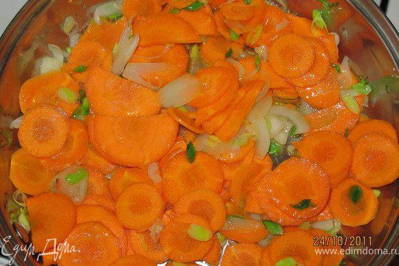 Разогреваем растительное масло в сковороде и кладём туда белую часть лука и морковь. Они жарятся без крышки.