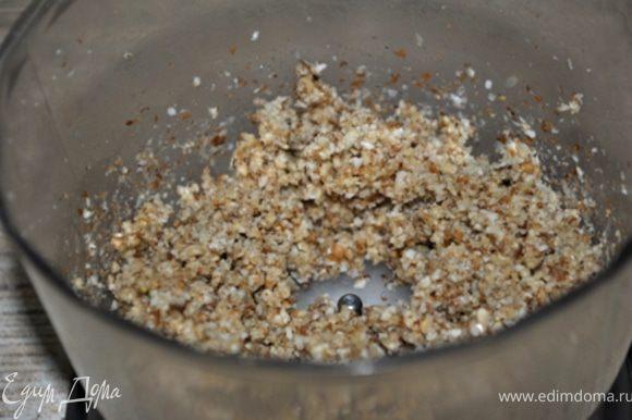 Орехи и чеснок размолоть в блендере в кашицу. Смешать со сливками.