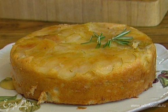 Остудить пирог в форме, затем накрыть форму тарелкой, перевернуть и украсить листьями розмарина.