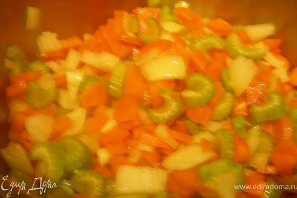 В кастрюле разогреваем оливковое масло и обжариваем наши овощи пару минут, затем добавляем каштаны. Минут через 5 заливаем иы горячим куриным бульоном и готовим на среднем огне до мягкости (у меня это заняло минут 15). Затем с помощью блендера превращаем суп в пюре, добавéяем вино, соль, перец, паприку. Прогреваем его.