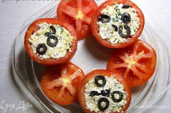 Начинить помидоры, выложить их в форму, сбрызнуть оливковым масло и накрыть крышечками. Отправить в разогретую духовку на 20 мин.