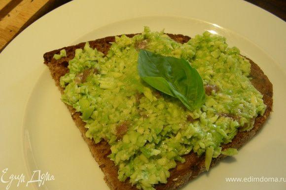 Выкладываем смесь на наш хлебушек, по желанию украшаем свежей зеленью и подаем. Приятного аппетита!