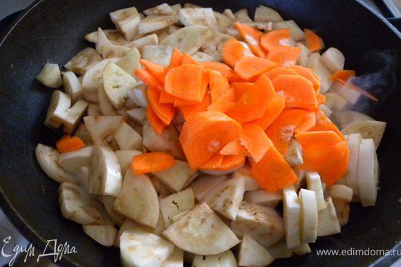 Обжарить на большом огне с морковью на растительном масле. Только постоянно помешивайте. а то слой баклажанов быстро впитают масло и его не хватит на все.