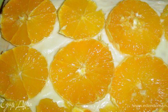 А на следующий корж - нарезанные на кружки апельсины.