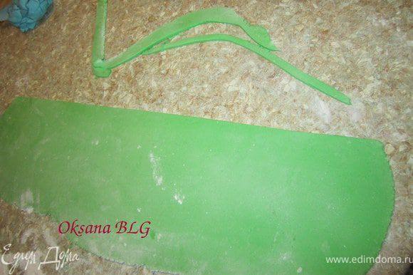 Раскатать зеленую мастику.с одной стороны ровно обрезать.