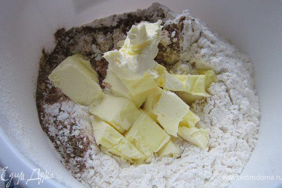 Добавить масло порезанное кусочками и хорошенько перемешиваем с мукой.