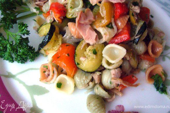 В глубоком салатнике соединить ракушки, мясо тунца и овощи с зеленью. Полить заправкой, хорошо смешать салат и дать настояться 15 мин. Затем подавать к столу.