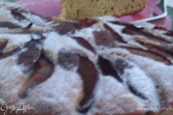 Вынуть пирог из духовки, дать ему остыть, посыпать сахарной пудрой.