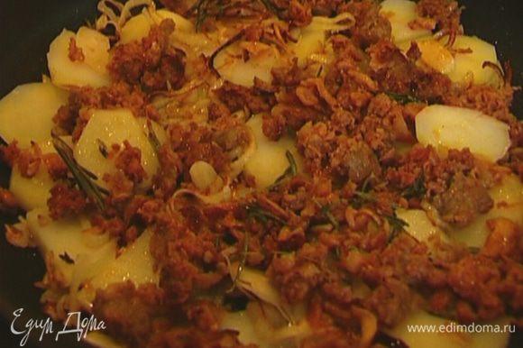 Картофель нарезать тонкими кружками и выложить ровным слоем в сковороду, так чтобы лук и чеснок оказались сверху, затем по всей поверхности равномерно распределить фарш. Жарить на маленьком огне.