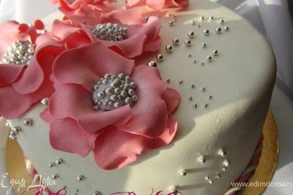 Украсить торт цветами по МК http://www.edimdoma.ru/recipes/31382 и серебряными бусинками.