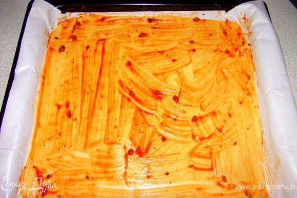 Смазать тесто соусом.