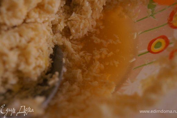 Добавляем кокосовую стружку, апельсиновый сок и муку.