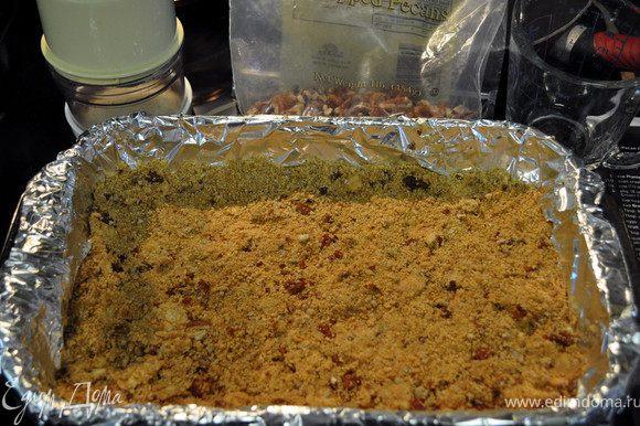 Разрубить слив. масло с крошкой от печенья, добавить размельченный пекан,воды/2стол.л/.Выложить в форму, разровнять прессуя. Поставить в холодильник на несколько часов или на ночь, сделав заранееё