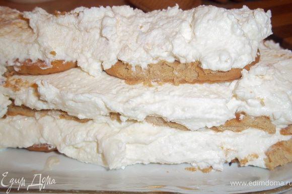 Выкладываем творог, всерху снова печенье смоченное в чае, творог, половинки печенья, на них творожную массу, придавая форму домика.