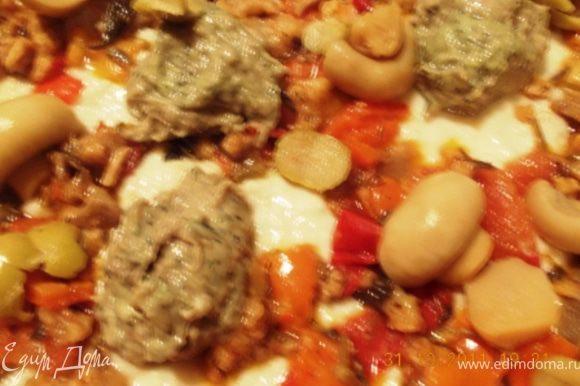 размазываем нашу хлебную кашу на противень, сверху выкладываем тушёные овощи с мясом, у меня ещё немножко фарша от котлет осталось, так я ещё фрикадельки слепила и тоже на пиццу, и грибы туда до кучи:)