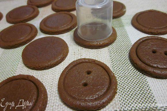 Замесить эластичное тесто (без какао). Разделить тесто напополам и в одну порцию добавить какао (вымесить) накрыть и дать ему отдохнуть минут 30 (лучше в холодильнике). Раскатать тесто в пласт толщиной 0,5 см., формочкой или рюмкой вырезать кружочки, формочкой меньшего диаметра чуть придавить сверху. Дырочки сделать зубочисткой. Выпекать при температуре 200 гр. 12-15 минут.