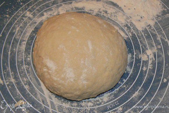 Высыпать муку в емкость, влить воду и вбить яйцо. Замесить тесто (если тесто получается жидковатым, муку подсыпайте очень осторожно, небольшими порциями). Тесто по консистенции должно быть достаточно крутым, но при этом эластичным и нежным.