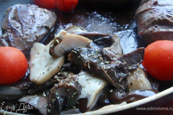 Добавить в сковородку грибы, помидорки черри и сушенный тимьян, немного обжарить, минут 5. Затем добавить грибного бульона, накрыть крышкой и убавить огонь на самый маленький. Тушить минут 20, до готовности грудок. Проверить готовность можно проткнув филе ножом, сок должен быть светлый, без крови.
