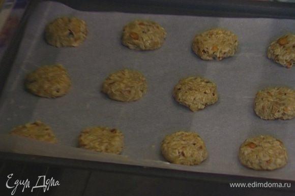 Выпекать печенье в разогретой духовке 10–15 минут.