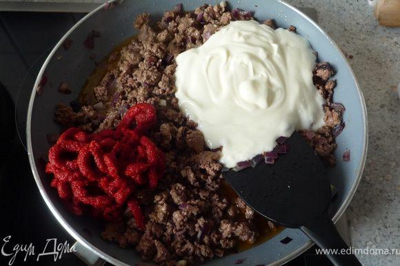 Добавить томат-пасту, йогурт и бульон. Перемешать и потушить минут 5-7.