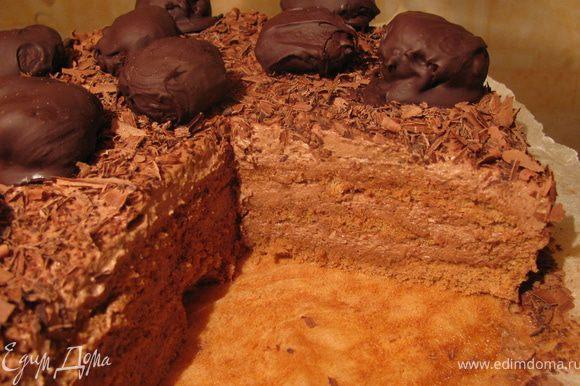 Присыпать шоколадной стружкой и украсить конфетами-трюфелями.И можно наслождаться