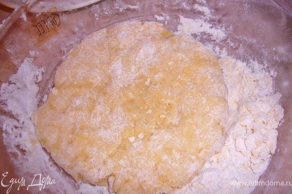 Соеденить сухие и влажные ингред.для теста,вымесить плотное тесто,накрыть полотенцем и заняться готовкой начинки