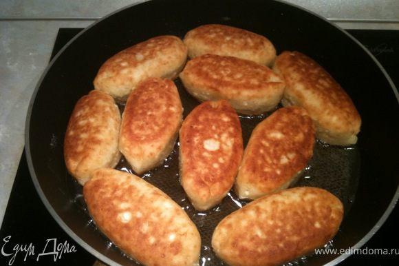 Жарить до золотистого цвета (внимательно следить за процессом, т.к. жарятся очень быстро). Перевернуть и обжарить с другой стороны. Пирожки готовы! Вкусны как в горячем, так и в холодном виде. Приятного аппетита!