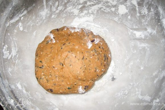 Готовим томатно-базиликовй крекер: просеять муку, добавить масло, сделать крошку. Добавить базилик, томатную пасту и перец и достаточно воды, чтобы замесить тугое тесто, вымесить тесто, накрыть и поставить в холодильник на 30 минут.
