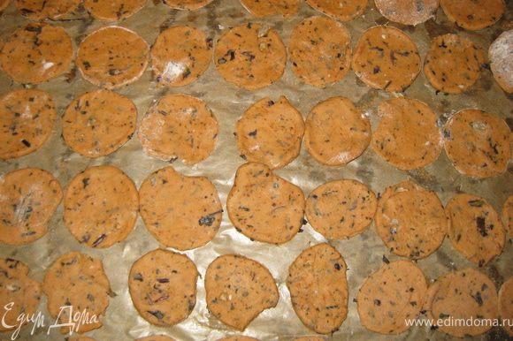 Разогреть духовку до 180°С. Раскатать тесто приблизительно до толщины 4 мм и вырезать произвольно печенье(можна квадраты, а можна как у меня кружочки). Разместить на противне, предварительно смазанном.Смазать желтком,посвпать солью и выпекать 15-20 минут до золотистого цвета.