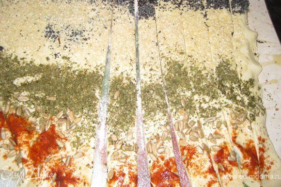 Нарезаем тесто вдоль на полоски толщиной где-то 2-3 см.