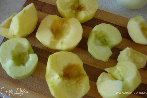 Очищаем яблоки от кожуры и семечек, режим их сначала напополам, затем на тоненькие дольки.
