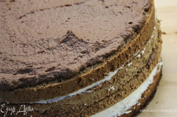 Сделать пропитку для торта,доведя до кипения воду с сахаром, остудить и добавить коньяк. Пропитать коржи (в этот раз я не делала)...Промазать коржи кремом, чередуя, начиная с белого...