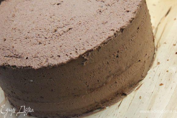 Верхним шоколадным кремом обмазать и бока торта.