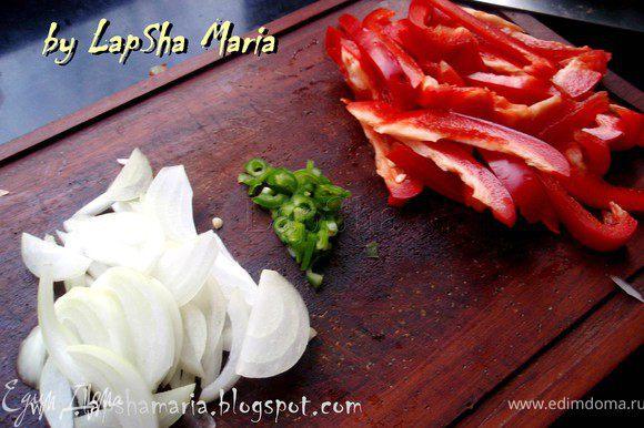 Халапеньо или халапенью (исп. jalapeño) — средних размеров перец чили, который ценится за ощущения при его поедании от «тёплого» до «горячего». Плоды перца в среднем имеют длину от 5 до 9 см и собираются зелёными. Название происходит от города Халапа, штат Веракрус, где традиционно выращивается этот перец. Основная острота содержится в тканях, удерживающих семена в стручке. Их удаление позволяет уменьшить остроту перца, одновременно уменьшив особенный кисловатый привкус. Итак, приступим. Красный болгарский перец нарезать тонкими полосочками, лук полукольцами. Перец чили разрезать на пополам и выскрести все семечки и белые прослойки. Если вы не любитель остроты, то можно использовать только половинку перчика, если все же остринка вам по нраву то можно использовать целый перец. Нашинковать его полукольцами мелко.